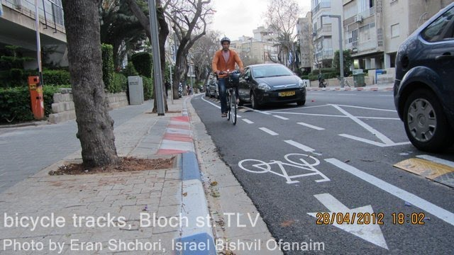 שביל אופניים ברחוב בלוך, אפריל 2012