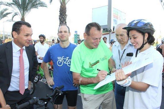 """רון חולדאי חותם על אמנת בריסל לקידום תחבורת אופניים בת""""א"""