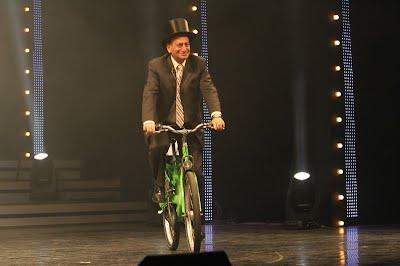 רון חולדאי רוכב על אופני תל אופן על במת הקאמרי